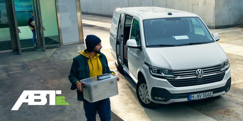L'ABT e-Transporter 6.1 in azione come veicolo per consegne con corriere.