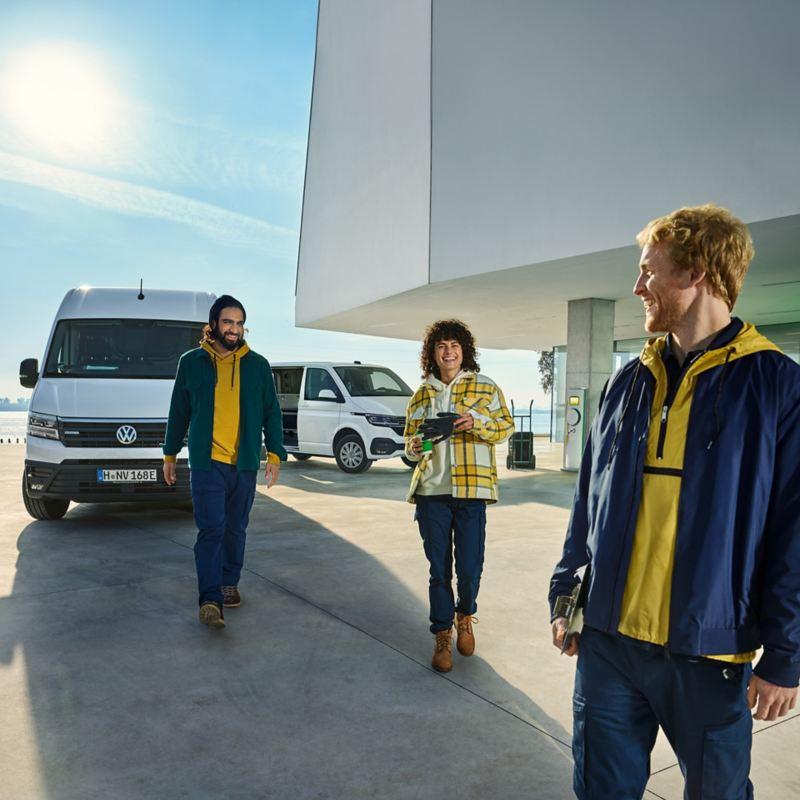 Der Volkswagen e-Crafter und ein ABT e-Transporter.