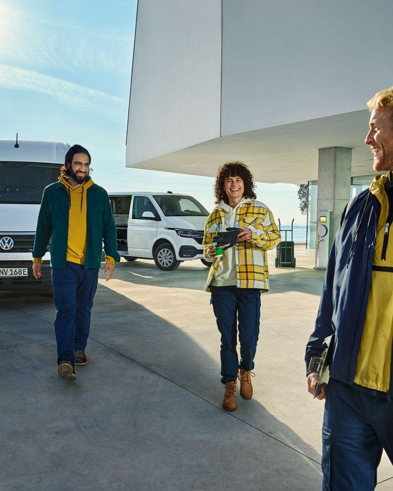 ABT Transporter et e-Crafter en charge dans parking. Volkswagen Véhicules Utilitaires