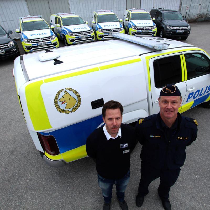 Polisbil Amok. På bilden ser man Fredrik Enkvis, Volkswagen Group Sveriges ansvarige för polisbilart och Anders Månsson, nationell processledare för hund inom polisen.