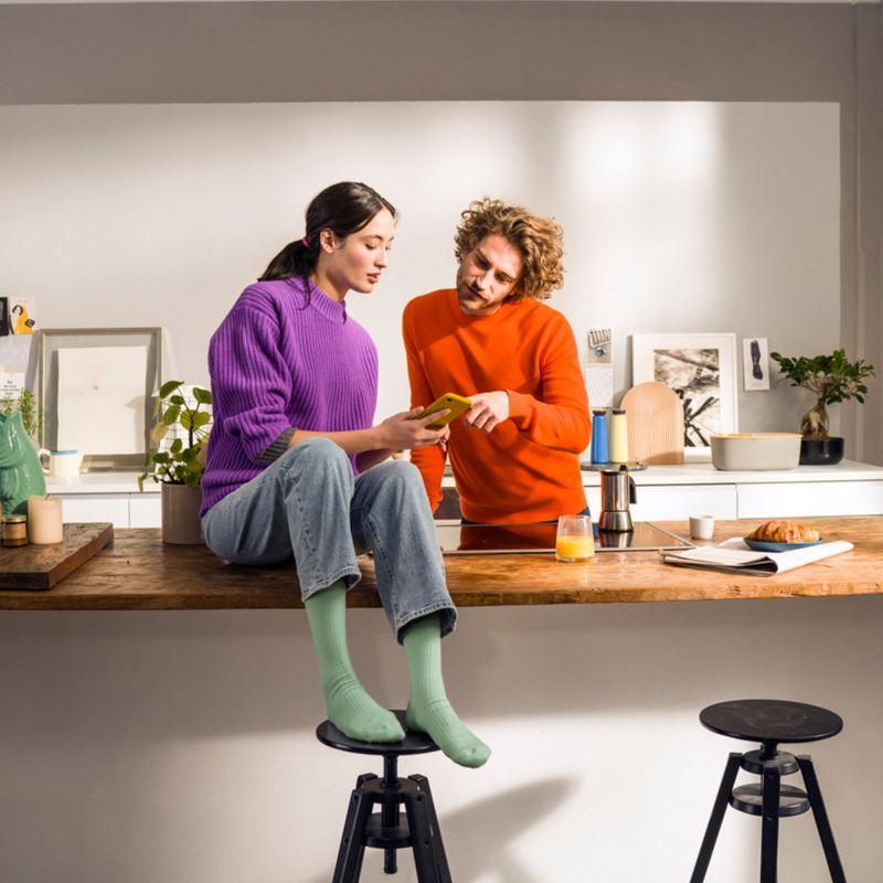 un homme et une femme regarde un téléphone