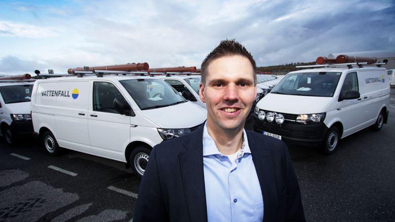 Erik Nolberger, fordonschef på Vattenfall Services, med den nya fordonsflottan av Transporters i bakgrunden