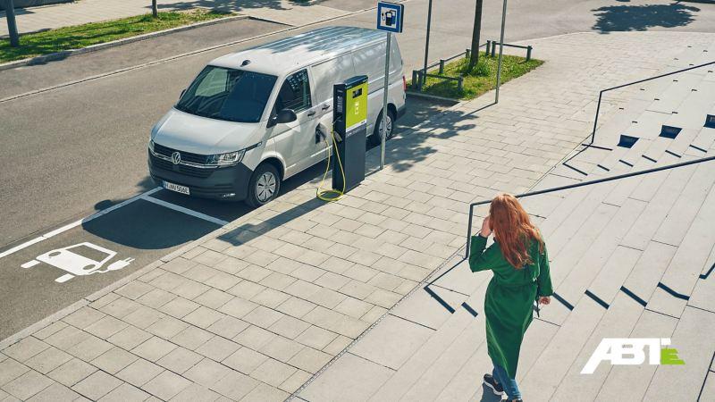 Ein ABT e-Transporter wird an einer Ladestation aufgeladen.
