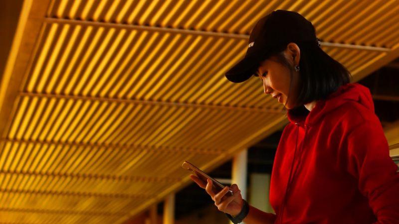 Une femme avec un smartphone