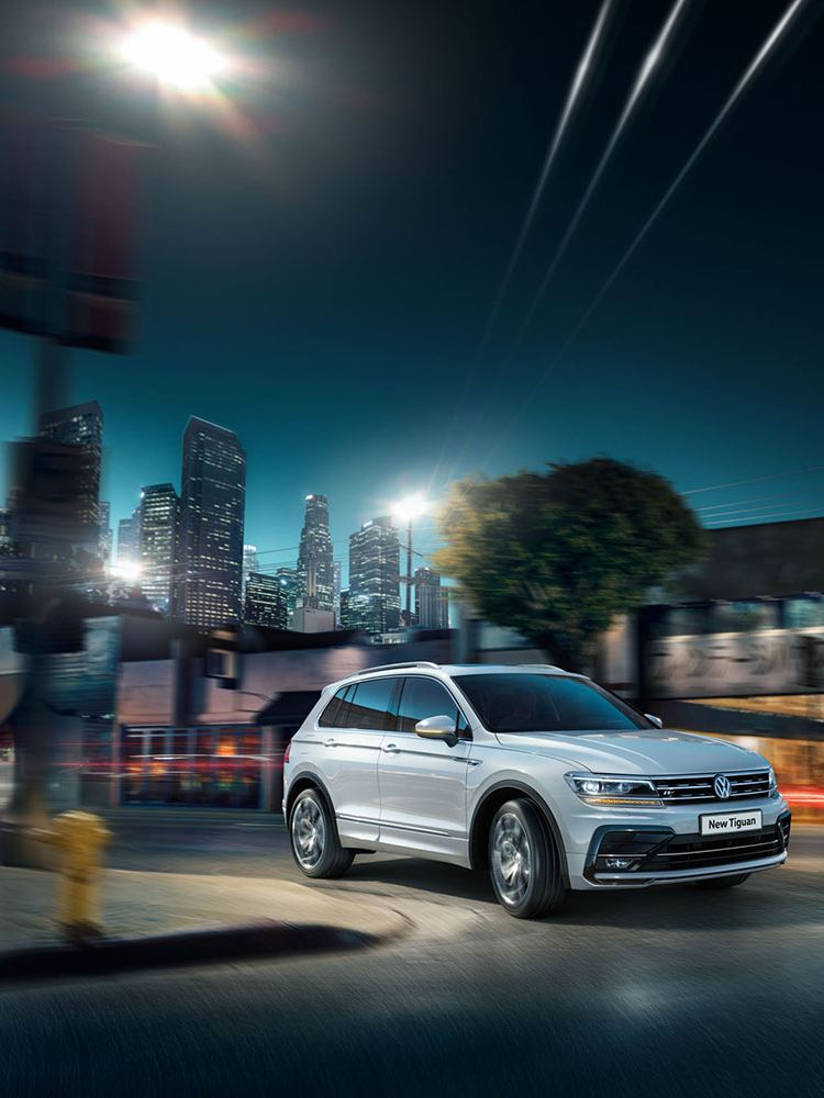 vw tiguan exterior view turning onto road