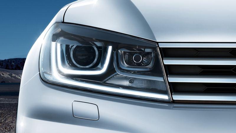 Volkswagen Touareg di notte, vista frontale, dettaglio dei fari bixeno