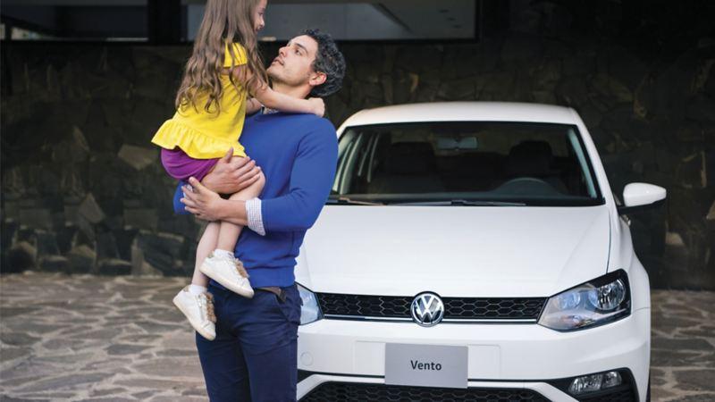 Padre e hija fente a Vento 2021, el auto sedán de Volkswagen ideal para familias