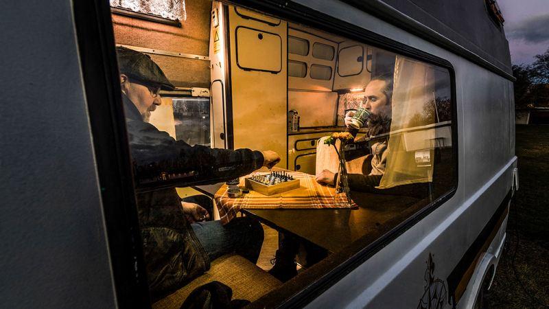 Efter en dag av upptäckande slår vi läger på Gustavsviks camping. Schack och kaffe, sen snarkade vi gott.