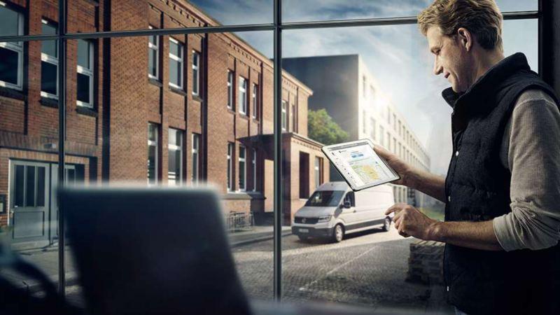Un homme regarde un écran avec ses financements en Crédit-bail Volkswagen Véhicules Utilitaires