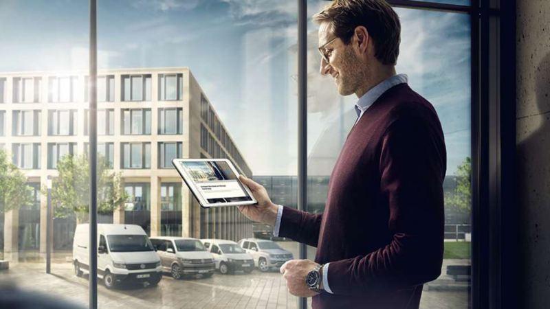 Un homme regarde un écran avec ses financements en LLD Volkswagen Véhicules Utilitaires