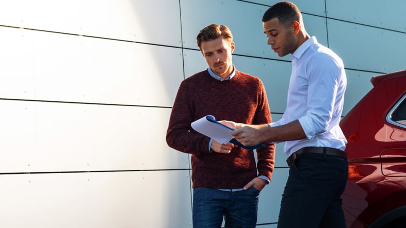 Deux hommes lisant des documents