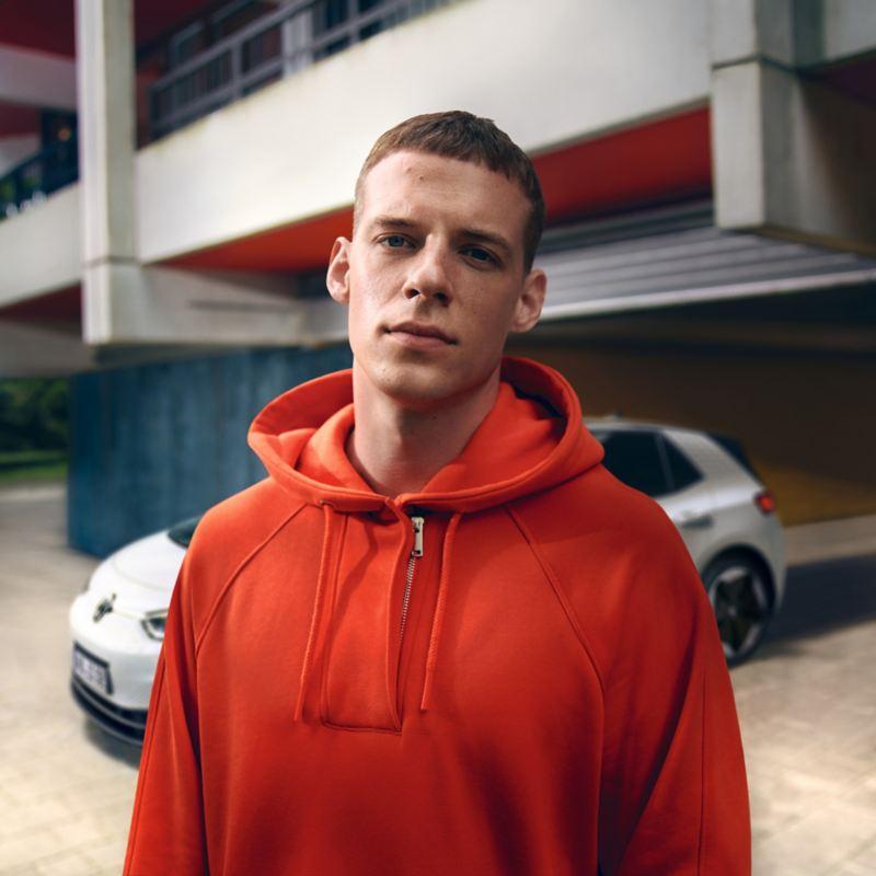 Homem jovem, na cidade, em frente ao ID.3