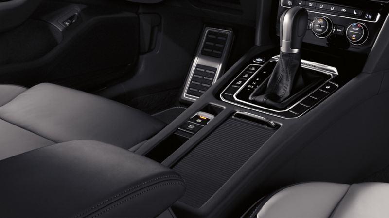 Vista interna di una Volkswagen Arteon, dettaglio della consolle centrale