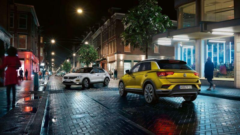 deux suv volkswagen t-roc circulant en ville