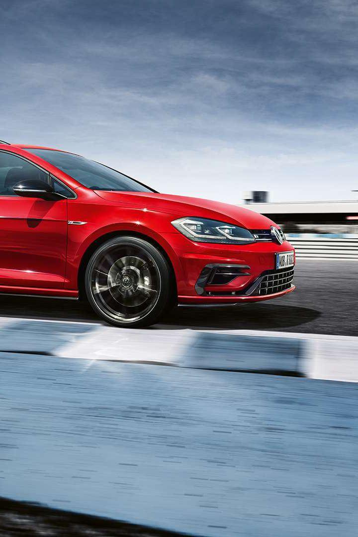 golf sw r rouge sur un circuit automobile