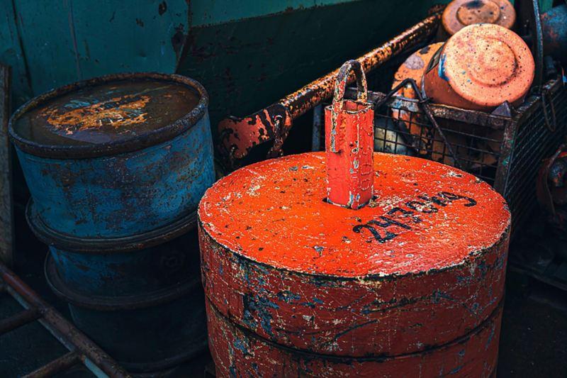 Gamla, rostiga oljefat