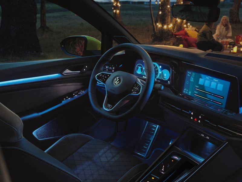 VW Golf avec éclairage ambiant sur la console centrale