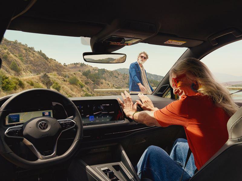 Mujer relajada en el interior del nuevo Golf de Volkswagen Canarias