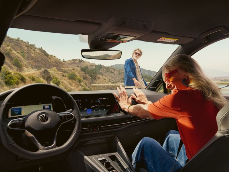 En avslappet kvinne i passasjersetet i den nye Volkswagen Golf