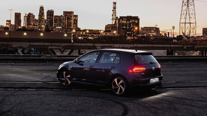 Golf 2020, el auto compacto de Volkswagen en color negro estacionado frente a edificios