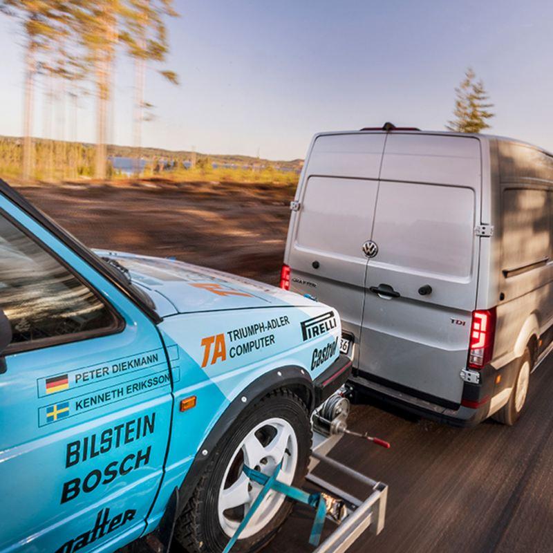 Crafter transporterar rallybil.