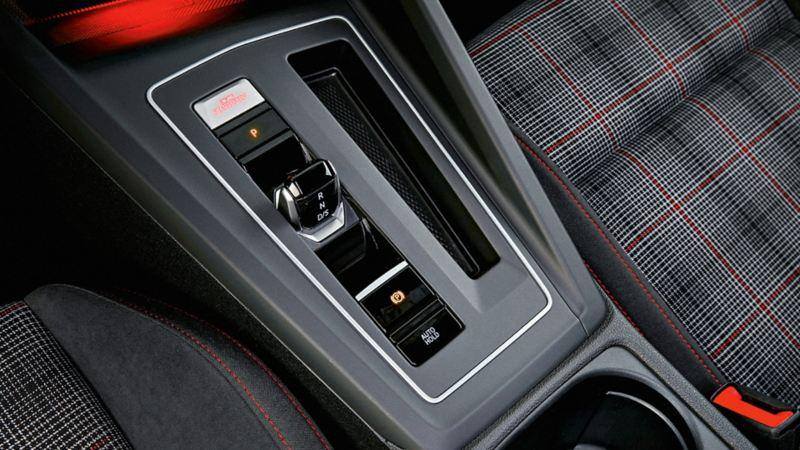 Pulsante di avvio sopra la leva di selezione automatica nella Golf GTI