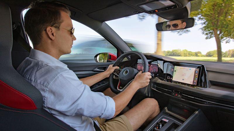 L'uomo guida la Golf GTI