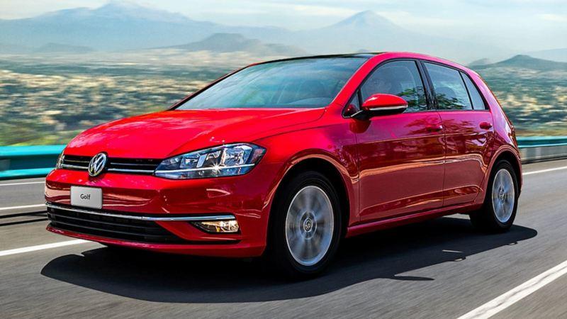 Golf con llantas cuidadas en Talleres de Servicio Volkswagen recorriendo carretera de forma segura