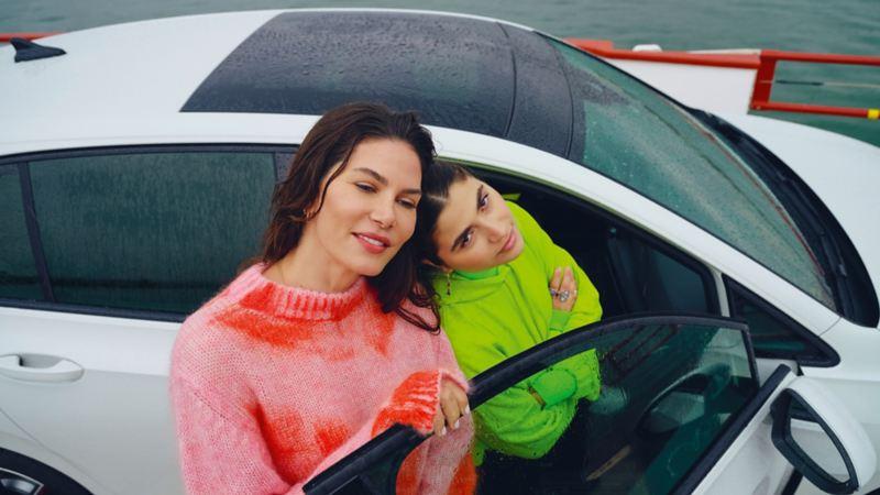 2 women by an open door of the Golf GTE