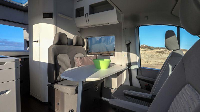 Vardagsrum med vändbara stolar i Volkswagen Grand California husbil