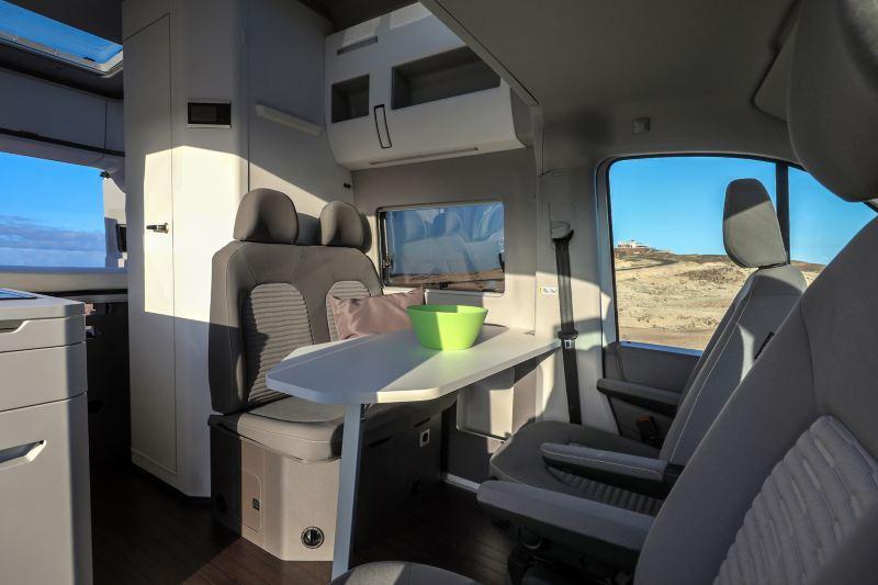 Wnętrze Grand Californi - pokazany stolik z krzesłami