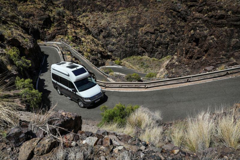 Grand California jedzie po górzystym terenie