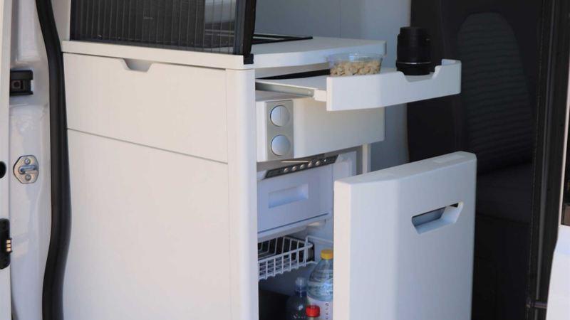 Praktiskt kylskåp i Volkswagen Grand California husbil