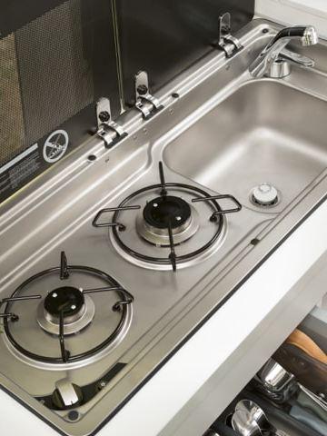 Der Küchenblock des Grand California mit zweiflammigem Gasherd im Close-up.