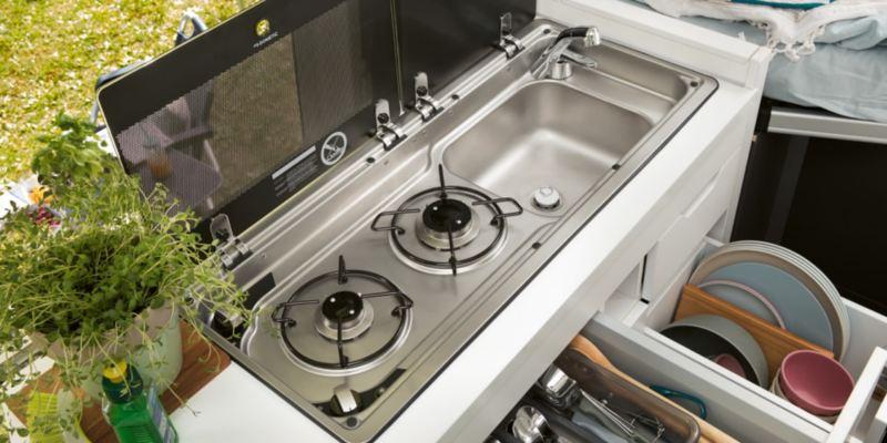 Volkswagen Utilitaires Grand California 30 ans intérieur cuisine kitchenette