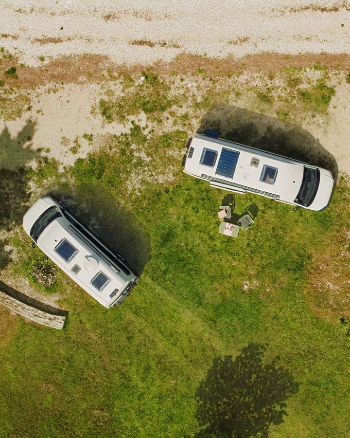 Wir sehen einen Volkswagen Nutzfahrzeuge Grand California 600 und einen Grand California 680 aus der Vogelperspektive.