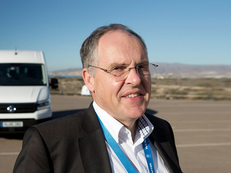 Harald Ludanek, utvecklingschef från Scania till Volkswagen Transportbilar, framför nya Craftern