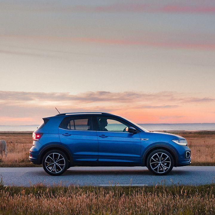 Volkswagen på en landsväg med havet i bakgrunden