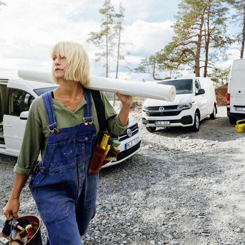 Kvinna i skog med bilar