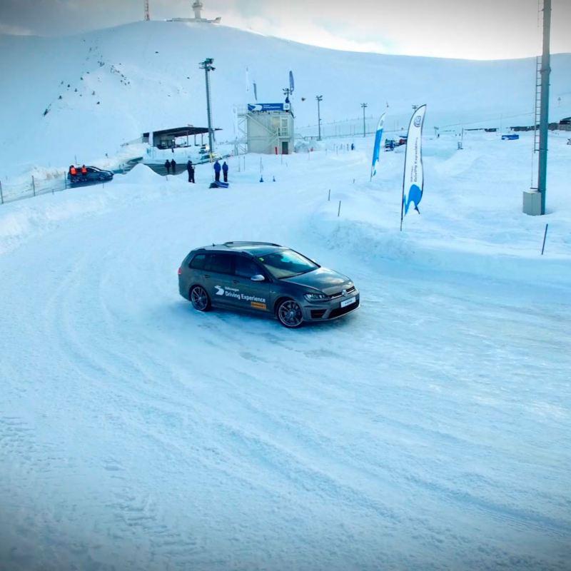 Vehículos Volkswagen en una pista de nieve de un centro de esquí