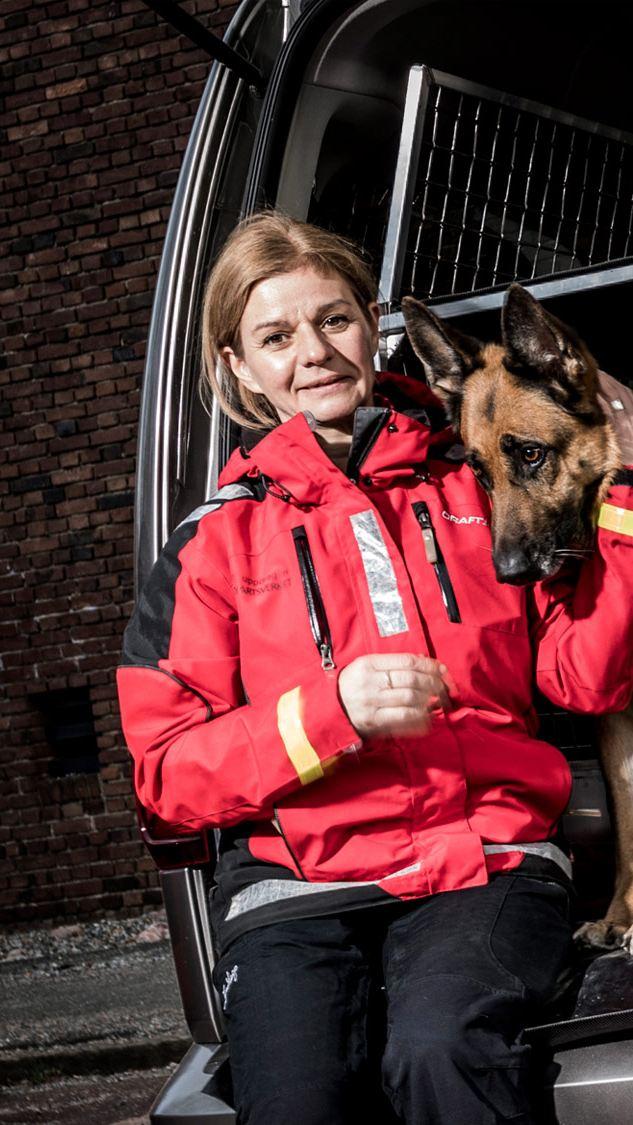 Anette Stierna och schäferhunden Rejza är frivilliga sjöräddare och kör Volkswagen Caddy