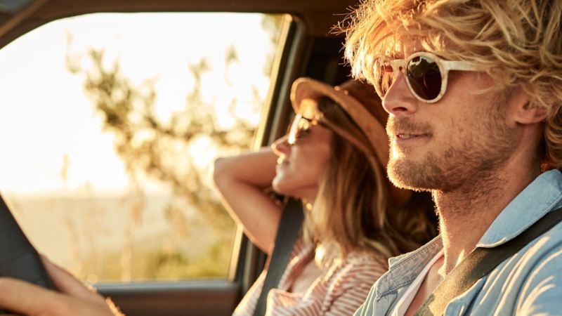 Una coppia all'interno di una vettura in una giornata di sole