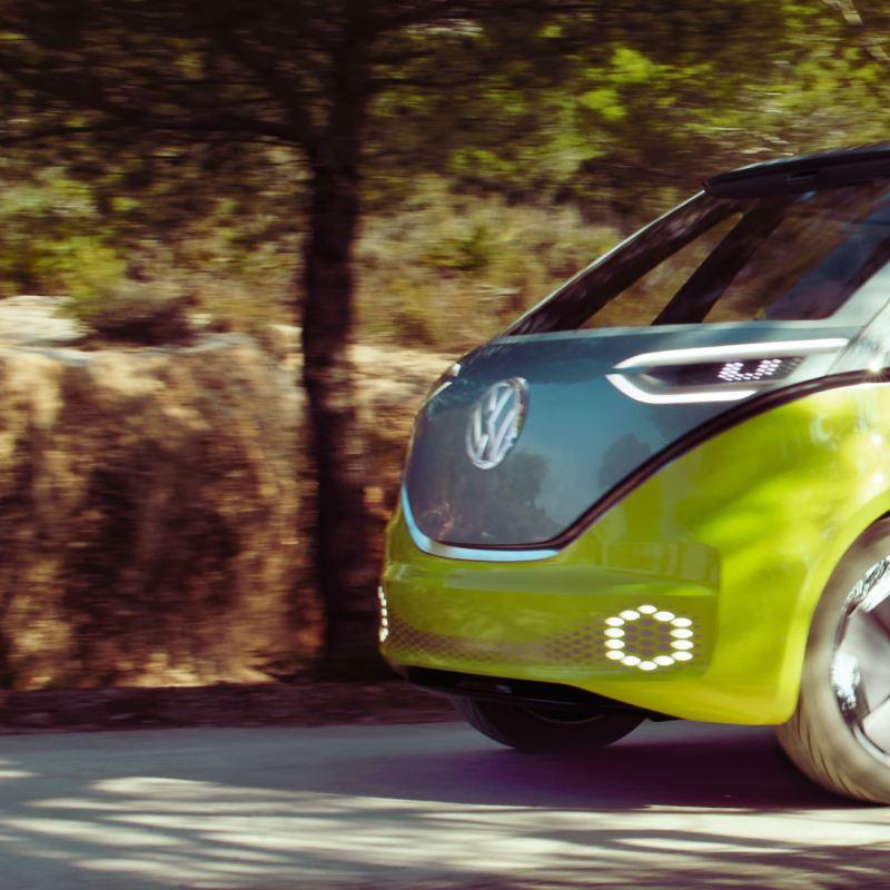 O Volkswagen ID. O Buzz em movimento numa estrada.