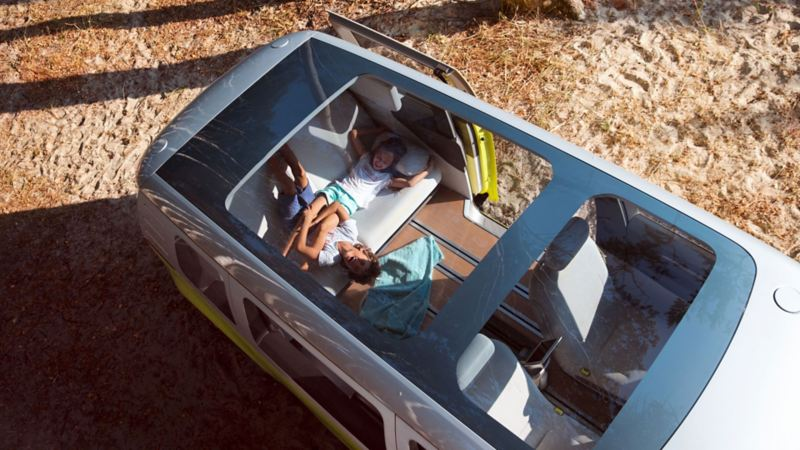 vw Volkswagen ID. Buzz stor elbil elektrisk personbil familiebil panorama soltak barn i bil strand bilferie