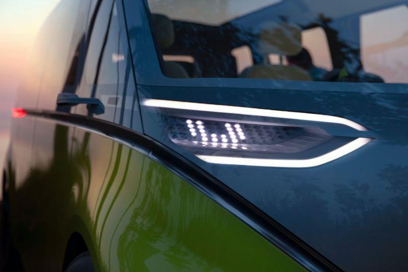 Os faróis dianteiros do Volkswagen ID. Buzz em grande plano.