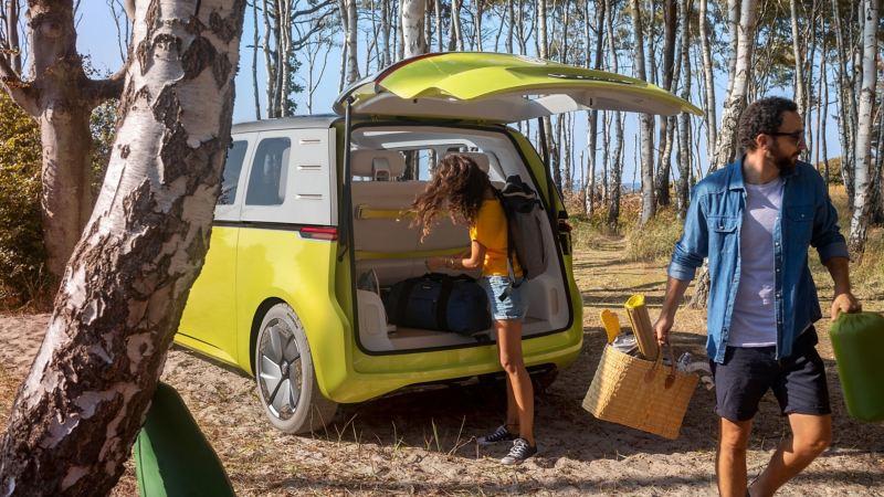 O Volkswagen ID. Buzz a ser descarregado, numa floresta junto à praia.