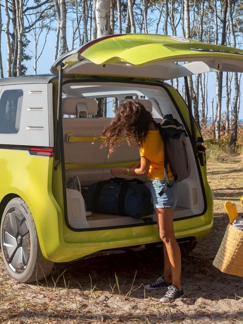 Der Volkswagen ID.Buzz steht im Strandwald und wir ausgeladen.