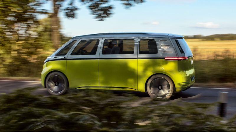 Der Volkswagen ID.Buzz fährt über eine Landstraße.