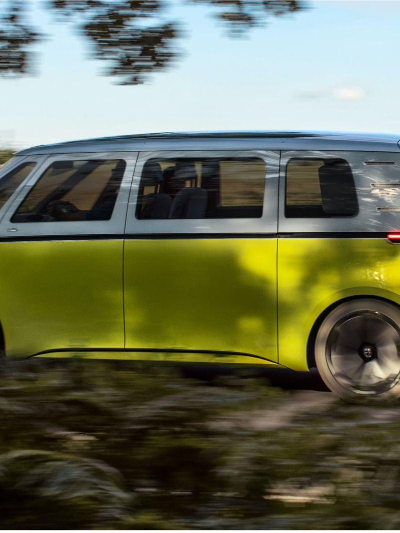 O Volkswagen ID. Buzz a circular numa estrada de campo.