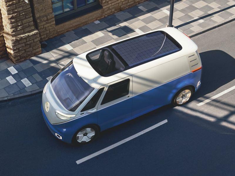 Der fahrende Volkswagen ID. Buzz Cargo von schräg oben.